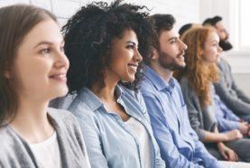 Emploi et opportunité de carrière en assurance, groupe de personne en attente pour une entrevue d'embauche